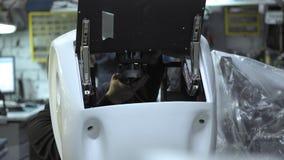 Auseinandergebauter Roboter in der Produktion Der Ingenieur baut zusammen und repariert den Körper des Roboters Anlage für die Pr stock footage