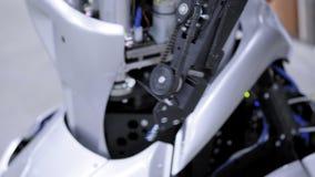 Auseinandergebauter Roboter in der Produktion Der Roboter ist zur Versammlung, anhebt seine Hand bereit Anlage für die Produktion stock video footage