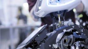 Auseinandergebauter Roboter in der Produktion Der Roboter ist zur Versammlung, anhebt seine Hand bereit Anlage für die Produktion stock footage