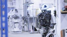 Auseinandergebauter Roboter in der Produktion Der Roboter ist zur Versammlung, es prüft alle Systeme bereit Anlage für die Produk stock video footage