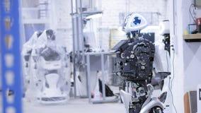 Auseinandergebauter Roboter in der Produktion Der Roboter ist zur Versammlung, es prüft alle Systeme bereit Anlage für die Produk stock footage