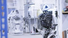 Auseinandergebauter Roboter in der Produktion Der Roboter ist zur Versammlung, es prüft alle Systeme bereit Anlage für die Produk stock video