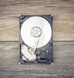 Auseinandergebautes Festplattenlaufwerk auf dem Tisch Lizenzfreie Stockfotografie