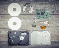 Auseinandergebautes Festplattenlaufwerk auf dem Tisch Stockfotografie