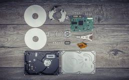 Auseinandergebautes Festplattenlaufwerk auf dem Tisch Lizenzfreie Stockbilder