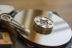Auseinandergebautes Festplattenlaufwerk vom Computer stockbild