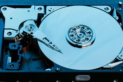 Auseinandergebautes Festplattenlaufwerk vom Computer, hdd mit Spiegeleffekt Geöffnetes Festplattenlaufwerk vom Computer hdd mit S stockbild