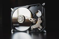 Auseinandergebautes Festplattenlaufwerk vom Computer (hdd) mit Spiegeleffekten Teil des Computers (PC, Laptop) stockfoto
