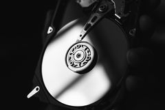 Auseinandergebautes Festplattenlaufwerk vom Computer (hdd) mit Spiegeleffekten Teil des Computers (PC, Laptop) stockbild