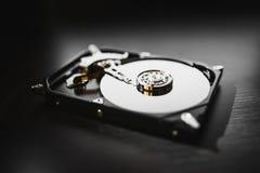 Auseinandergebautes Festplattenlaufwerk vom Computer (hdd) mit Spiegeleffekten Teil des Computers (PC, Laptop) stockfotos