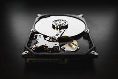 Auseinandergebautes Festplattenlaufwerk vom Computer (hdd) mit Spiegeleffekten Teil des Computers (PC, Laptop) stockfotografie