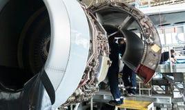 Auseinandergebautes Flugzeug für Reparatur und Modernisierung im Jet-Hangar Stockfotos