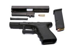 Auseinandergebautes Gewehr und Munition Lizenzfreie Stockfotos