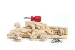 Auseinandergebautes hölzernes Spielzeugauto Stockfotos