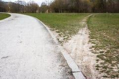 Auseinanderlaufende Weg-Bürgersteig Dirth-Weg-Gras-draußen Entscheidungs-Straße Stockfotos