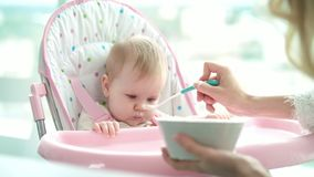 Ausente bebé que no come el puré Hija de alimentación de la madre Cena infantil de la consumición almacen de video