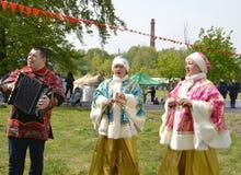 Ausführende der russischen nationalen Folkloreensembletat während des Feiertags im Park stockfotografie