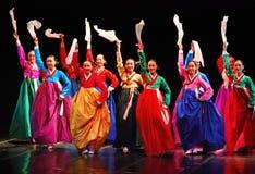 Ausführende koreanischen traditionellen Tanzes Busans lizenzfreie stockfotos