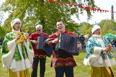 Ausführende von nationalen Liedern fungieren während des Feiertags im Park stockbilder