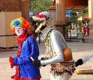 Ausführender gekleidet als Clown und Affe Stockfotografie
