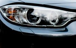 Ausführliche Ansicht der Front eines Prestiges, deutsches hergestelltes Sportauto, gesehen an einer Verkaufsstelle Stockfotos
