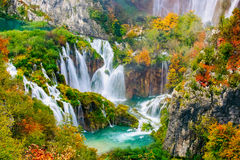 Ausführliche Ansicht der schönen Wasserfälle im Sonnenschein in Nationalpark Plitvice, Kroatien Stockfotografie