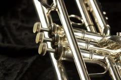 Ausführliche Ansicht der Trompete mit dem Knopf und den Ventilen mit drei Fingern stockbild