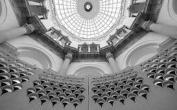Ausführliche Ansicht der Wendeltreppe an der Tate Britain-Kunstgalerie London Großbritannien, mit gewölbter Decke oben stockfotografie