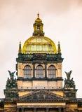 Ausführliche Ansicht der zentralen Kuppel des Nationalmuseums in Prag, Tschechische Republik lizenzfreie stockfotos