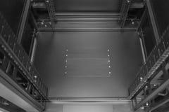 Ausführliche Ansicht des Inneres eines Server- und Vernetzungs-Computerausstattungsgerätegestells Stockfotos