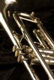 Ausführliche Ansicht einer goldenen Trompete mit drei Fingerknöpfen lizenzfreie stockfotografie