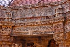 Ausführliche Muster schnitzten an der Steinplatte und an den Klammern Adalaj Stepwell, Ahmedabad Stockbilder