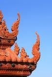 Ausführliche rote Nagaskulptur auf dem Tempeldach Stockfotos