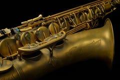 Ausführliche Saxophon-Nahaufnahme auf Schwarzem Stockfoto