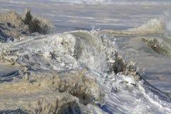 Ausführliche Spitze einer brechenden Welle Stockfoto