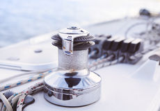 Ausführliche Teile des Segelboots Schließen Sie oben auf Handkurbel und Seil von Yacht ove lizenzfreie stockbilder