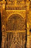 Ausführlicher Giebel und rosafarbenes Fenster der Kathedrale Stockfotografie