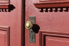 Ausführlicher Knopf auf einer alten Tür Stockbild