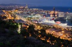 Ausführlicher Panoramablick auf Nachtbeleuchtung von Barcelona-Hafen mit kreuzenden Zwischenlagen, Spanien lizenzfreies stockbild