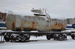 Ausführliches Foto des schneebedeckten gefrorenen Bahnwaggons Ein Fragment der Bestandteile des Waggons auf der Eisenbahn in schn Lizenzfreie Stockfotos