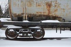 Ausführliches Foto des schneebedeckten gefrorenen Bahnwaggons Ein Fragment der Bestandteile des Waggons auf der Eisenbahn in schn Lizenzfreie Stockbilder