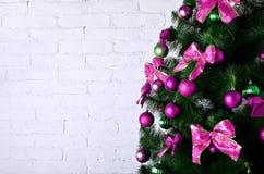 Ausführliches Foto des Weihnachtsbaums auf weißem Backsteinmauer backgro Lizenzfreie Stockfotografie