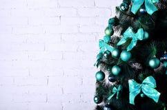 Ausführliches Foto des Weihnachtsbaums auf weißem Backsteinmauer backgro Stockfotografie