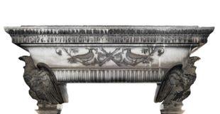Ausführliches Grab mit Dekorationen und den Vogelelementen gemacht vom Stein auf einem weißen Hintergrund Stockbilder