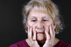 Ausführliches Portrait einer traurigen älteren Frau Stockbild