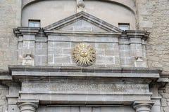 Ausführliches Sonnensymbol der Stadt im Torbogen nach Solsona, Spanien Lizenzfreies Stockfoto