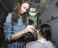 Ausführung der kreativen Haarschnitttätowierung stockfotos