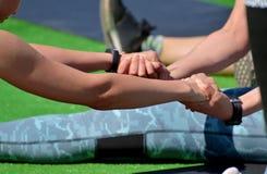 Ausführung der Sportmassage für Athleten lizenzfreies stockfoto