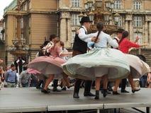 Ausführung des Volkstanzteams in Prag Lizenzfreie Stockfotos