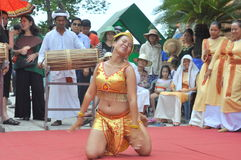Ausführung eines traditionellen Volkstanzes von champa am Ponagar-Tempel in Nha Trang lizenzfreies stockfoto